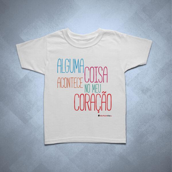 32BA26 1 600x600 - Camiseta Infantil Alguma Coisa Acontece no meu Coração