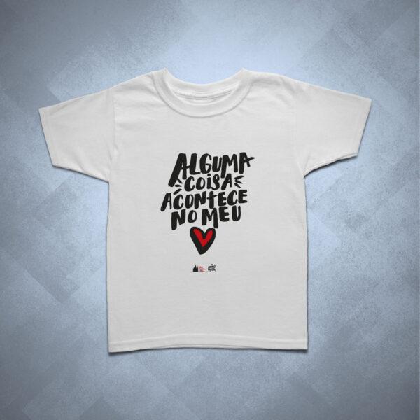 42EB29 1 600x600 - Camiseta Infantil Alguma Coisa Acontece no meu Coração by Lucas Motta